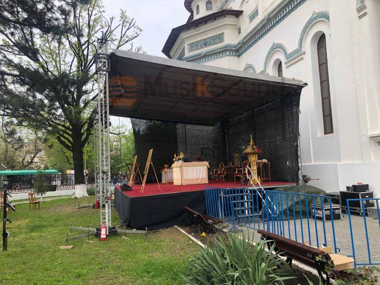 scena-cu-acoperis-biserica